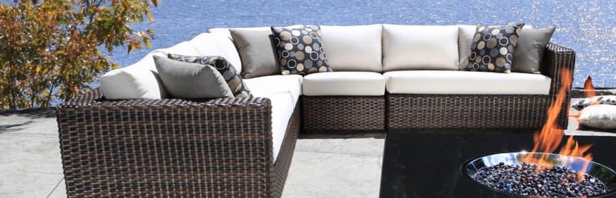 Using coloured throw pillows to accent colours is an outdoor garden idea